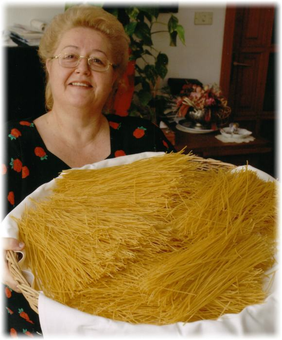 Anna Forno Gallina dell'Agriturismo Gallina Giacinto con un cesto di 'tajarin'!